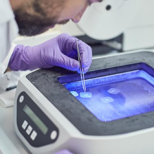 Scientifique PMI travaillant dans un laboratoire